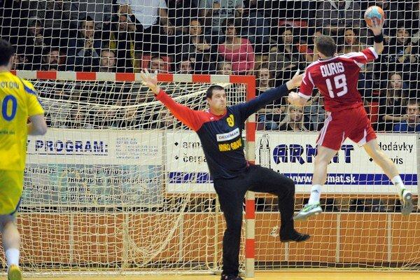 Slovák Ľubomír Ďuriš (vpravo) a brankár Adrian Irimus z Rumunska (v strede) počas zápasu Slovensko - Rumunsko.