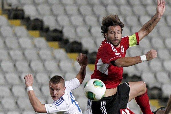 Jason Demetriou z Cypru (vľavo) v súboji s Albáncom Loricom Canom.