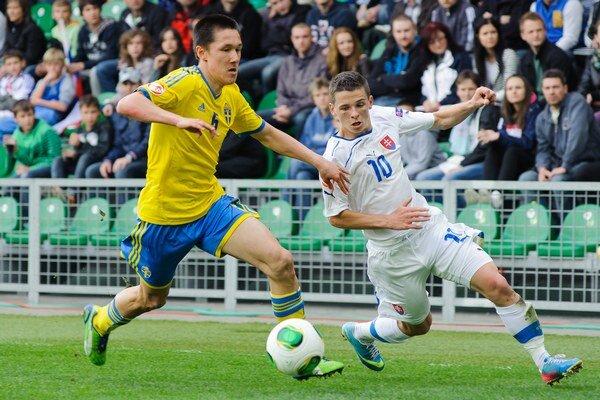 Nikolas Špalek (vpravo) počas zápasu Švédsko - Slovensko, na ME hráčov do 17 rokov.