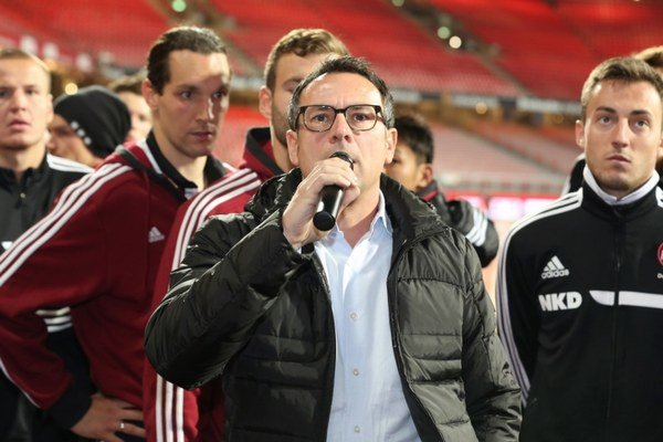 """Športový riaditeľ 1. FC Norimberg Martin Bader sa takto ospravedlňuje fanúšikom """"ultras"""" v norimbergskom """"kotli""""."""