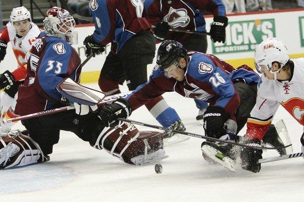 Paul Šťastný z Colorada a hráč Calgary Flames Mikael Backlund.