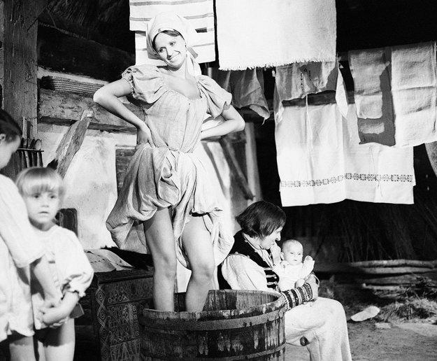 Pacho, hybský zbojník (1976), réžia: Martin Ťapák. Erotika tohto filmu bola viac na úrovni šťavnatých slov ako obrazu. Ťapákovým zbojníkom chodia po rozume viac holé baby ako boj za triednu spravodlivosť. O Pachovej družine so zarastenými hruďami snívajú neukojené paničky.