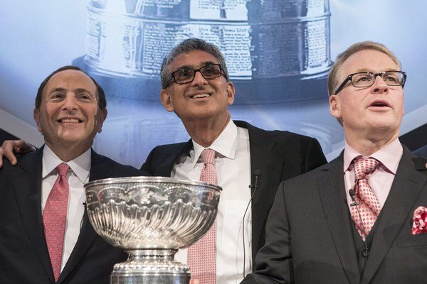 Nahid Mohamed (v strede) a Gary Bettman (vľavo).