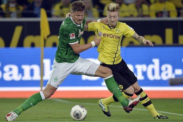 Sebastian Prödl (vpravo) z Werderu Brémy a Marco Reus z Dortmundu.