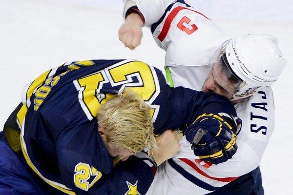 Bitka: vpravo Martin Štajnoch (Slovan) a vľavo Jesper Williamsson (HV71).