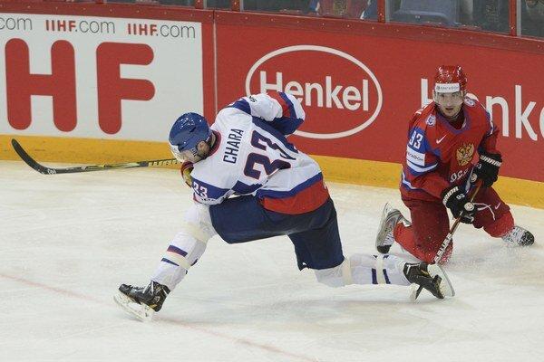 Zdeno Chára a Nikolaj Žerdev vo finálovom stretnutí majstrovstiev sveta v ľadovom hokeji Rusko - Slovensko v roku 2012.