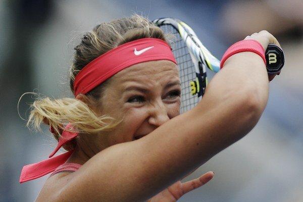 Bieloruská tenistka Victoria Azarenková odvracia úder Srbky Any Ivanovičovej v osemfinále.
