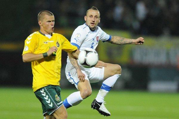 Hráč Litvy Darvydas Šernas a hráč Slovenska Michal Breznaník  (vpravo).