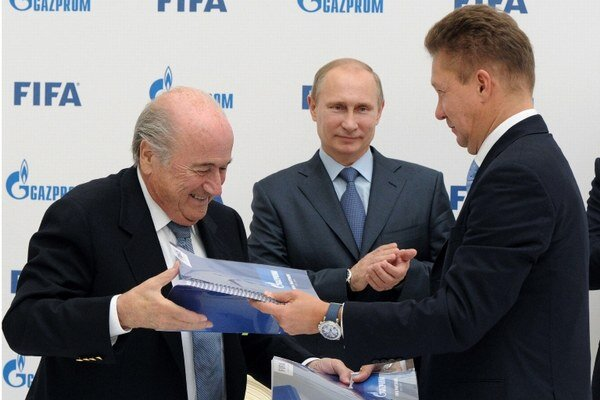 Prezident FIFA Sepp Blatter, ruský prezident Vladimir Putin a šéf Gazpromu Alexej Miller.
