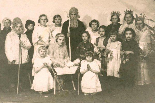 Dobová fotografia Vianoc v sirotinci v roku 1936.