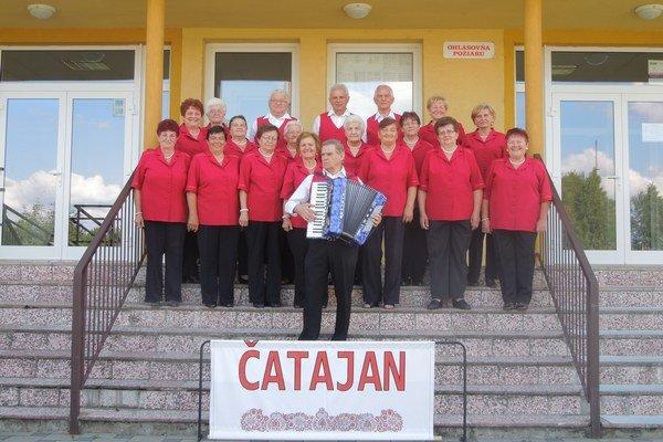 Spevácky súbor seniorov Čatajan aj s harmonikárom.