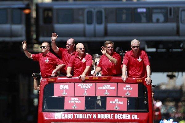 Šéfovia klubu Stan Bowman, Al Macisaac, Jay Blunk, Rocky Wirtz a Jim McDonough sa vezú na autobuse spolu s hráčmi.
