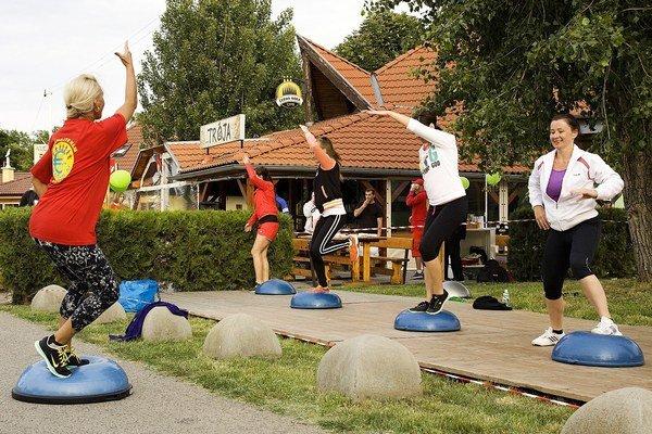 Ukážka balančného cvičenia tzv. bosu.
