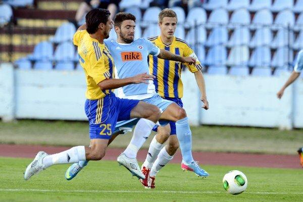 Uprostred Marko Milinkovič (Slovan), vľavo Peter Majerník a vpravo Lukáš Beňo (obaja DAC).