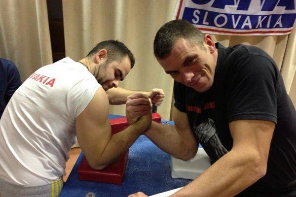 Víťaz ľahkej váhy Ivan Gregorička (vľavo) v súboji s Petrom Racekom, ktorý ovládol stredne-ťažkú váhu.