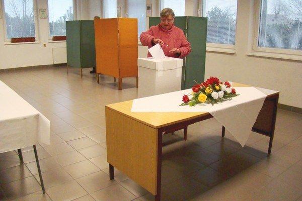 Prvý volič sa pred volebnú miestnosť na čatajskom obecnom úrade dostavil pár minút pred siedmou hodinou.