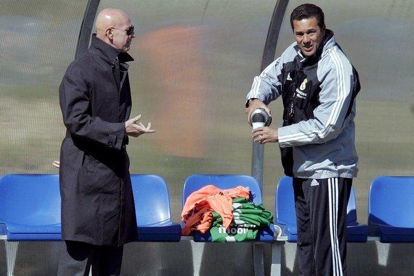 Brazílsky tréner Realu Vanderlei Luxemburgo (vpravo) počúva komentár športového riaditeľa klubu Arriga Sacchiho počas tréningu v apríli 2005 v Madride.