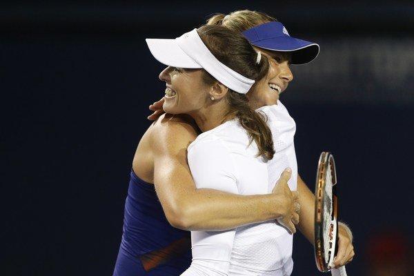 Martina Hingisová a Daniela Hantuchová sa objímajú po víťazstve.
