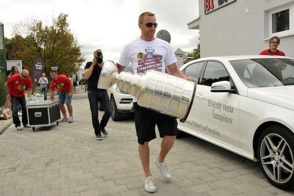 Marián Hossa prináša Stanley Cup na tlačovú konferenciu.