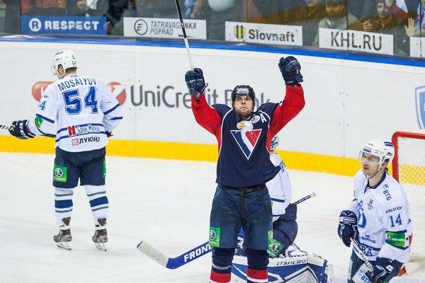 Ivan Švárny (uprostred) počas 4. zápasu štvrťfinále play-off Západnej konfrencie KHL medzi Slovanom a Dinamom Moskva.