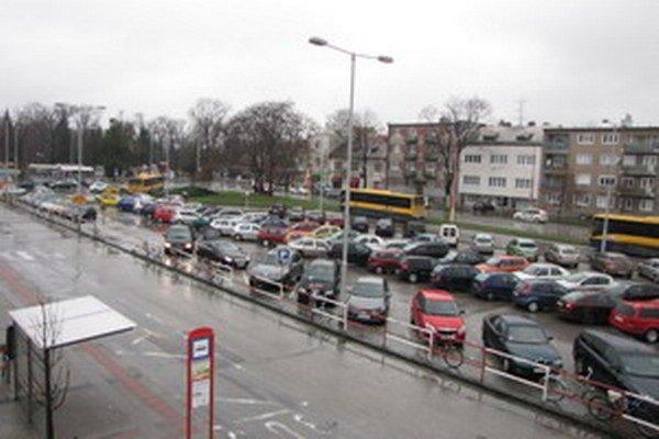 ŽSR vraj oslovil záujemca o výstavbu parkovacieho domu. V súčasnosti prebieha interné posudzovanie takejto možnosti.