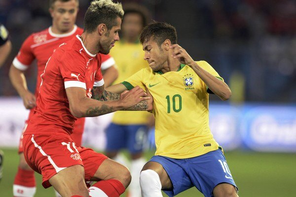 Švajčiarsky futbalista Valon Behrami (vľavo) a Brazílčan Neymar.