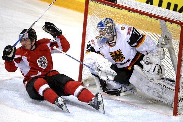 Rakúsky hokejista David Schuller a nemecký brankár Rob Zepp. Rakúsko prehralo s Nemeckom 0:2.