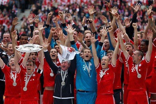 Futbalisti Bayernu oslávili po zápase s Augsburgom bundesligový titul.