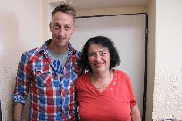 Kataríne Adlerovej odovzdal poukaz do Hotela Magnólia v Piešťanoch bývalý žiak a zástupca realitnej kancelárie Kľúč Michal Baran.