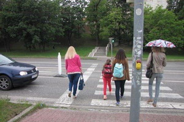 Prechod na Hlbokej. Chodci prejdú na zelenú iba do jeho polovice, zvyšok musia zvládnuť na červenú.