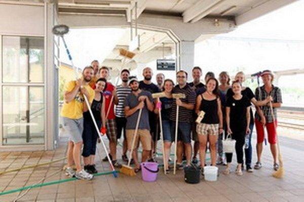 Dobrovoľníci na vlakovej stanici v Piešťanoch.