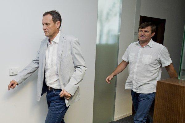 Tréneri slovenskej futbalovej reprezentácie Stanislav Griga (vľavo) a Michal Hipp prichádzajú na zasadnutie výkonného výboru.