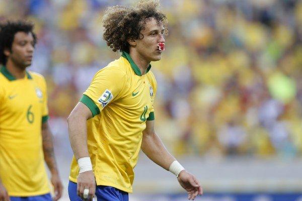 Brazílsky futbalista David Luiz krváca z nosa v zápase A-skupiny Pohára konfederácií Brazília - Mexiko.
