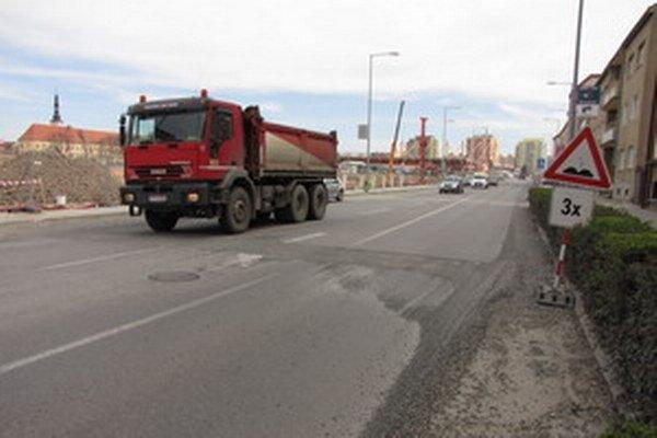 Kollárova ulica je čistejšia, na ceste vás môže prekvapiť iba štrk a jamy, v tomto úseku si preto treba dávať pozor.