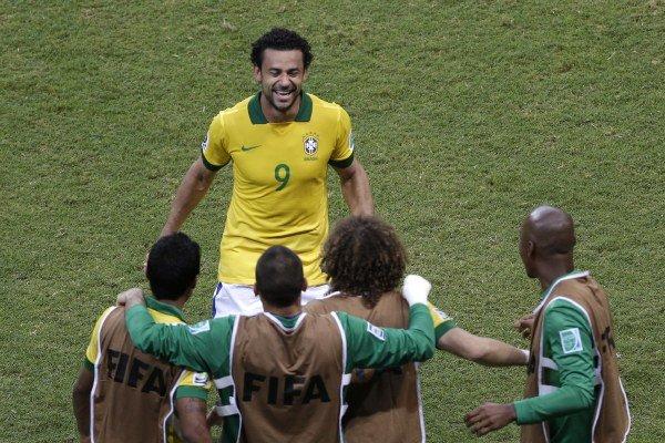 Brazílčan Fred oslavuje 4. gól Brazílie proti Talianom, ktorý strelil on.
