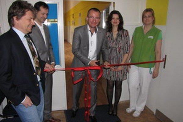 Pásku prestrihol riaditeľ nemocnice Martin Tabaček spolu s primárkou Danou Šedivou.