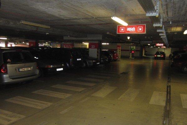 Viacpodlažné parkovisku v obchodnom centre býva počas týždňa vyťažené.