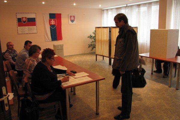V Maduniciach prichádzali voliť všetky vekové kategórie.