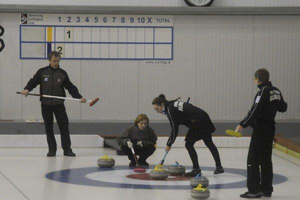 Na archívnej snímke zľava curlingisti Štefan Turňa, Gabriela Kajanová, Silvia Sýkorová a Pavol Pitoňák.