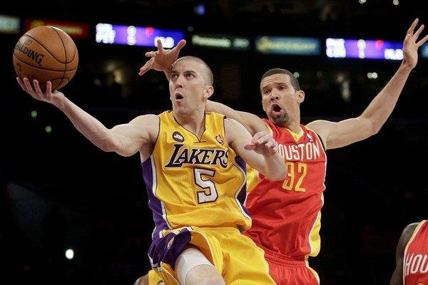 Steve Blake (vľavo) v súboji s hráčom Rockets Franciscom Garciom.