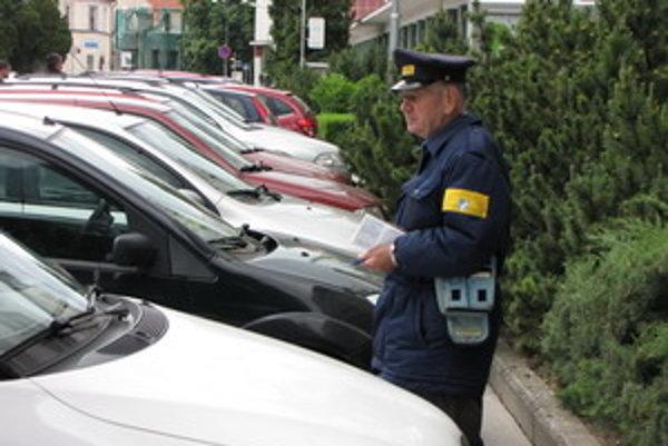 Dôchodca kontroluje parkovacie lístky. Kto nemá, prípadne už mu neplatí, napíše oznámenie.