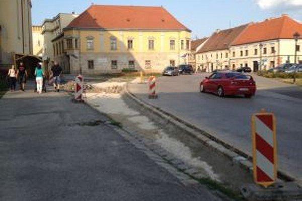Cestu pri Bernolákovej bráne upravujú.