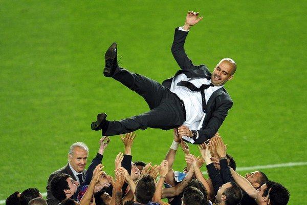 Pepa Guardiolu vyhadzujú do vzduchu hráči FC Barcelona. S Bayernom Mníchov podpísal zmluvu na tri roky. Platiť začne v júli.