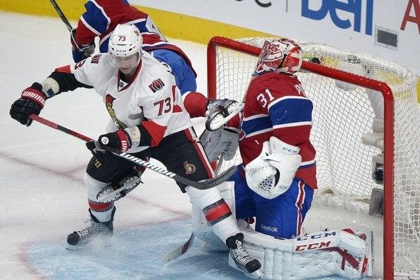 Hráč Montrealu Tinordi naráža korčulou do masky brankára Pricea.