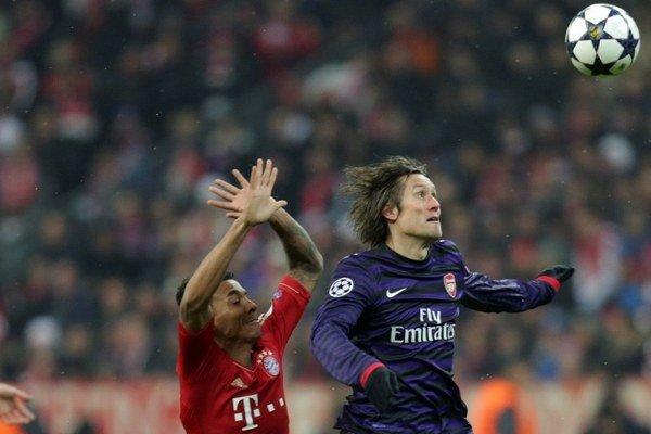 Tomáš Rosický (vpravo) v súboji s Luizom Gustavom z Bayernu Mníchov.