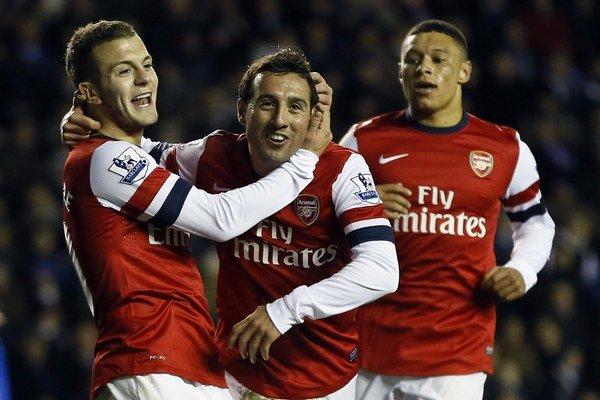 Santi Cazorla (v strede) ešte ako hráč Arsenalu Londýn.