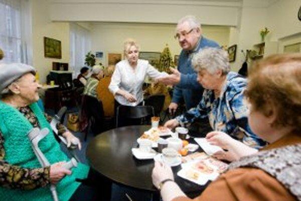 Poplatky za sociálne služby pre starších ľudí pôjdu hore.