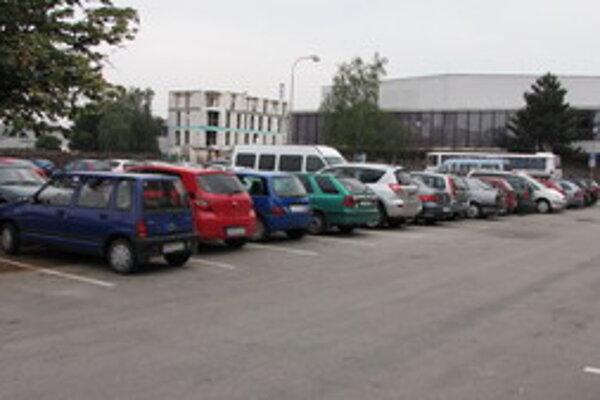 Spoplatnenie parkovania sa má rozšíriť aj mimo centra.