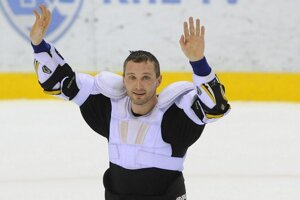 Rozhodol som sa zostať a pokračovať v kariére v KHL, oznámil zámorským médiám Ľubomír Višňovský.