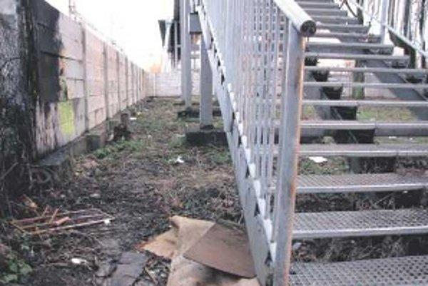 Najviac odpadkov sa povaľuje v okolí železničného nadchodu.
